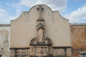 cementeri frontal d'àngel i home llaurant amb bísties