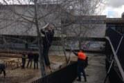 Els alumnes del taller d'esmotxar de l'Obra Cultural fan pràctiques a l'institut